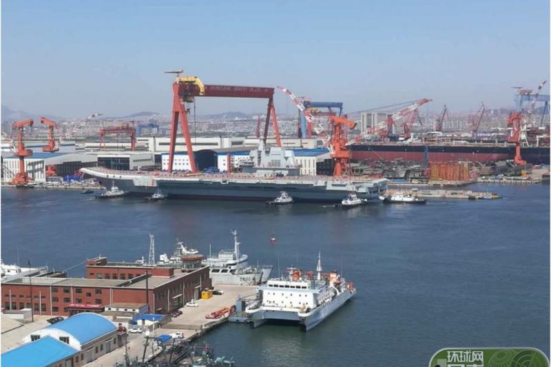 中國首艘自製航空母艦26日在大連造船廠下水。