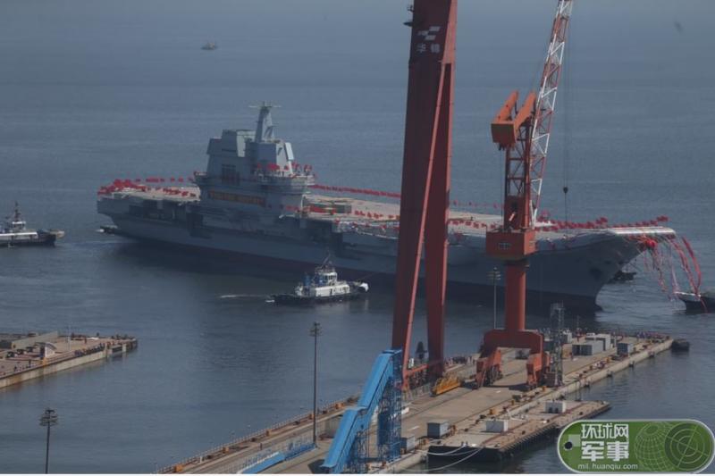中國首艘自製航母26日在大連造船廠下水。