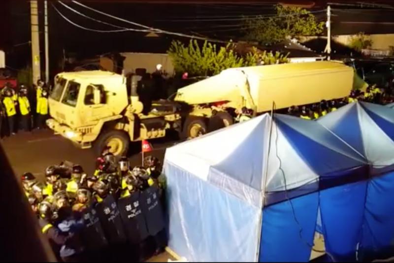 駐韓美軍在優勢警力的協助下,26日清晨突然將薩德系統運往星洲郡。