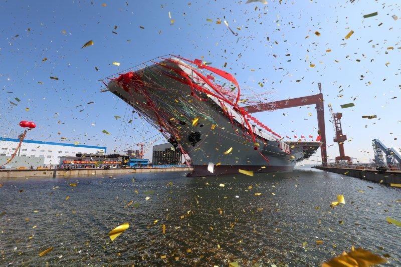 2017年4月26日,中國首艘國產航母在大連造船廠下水。(AP)