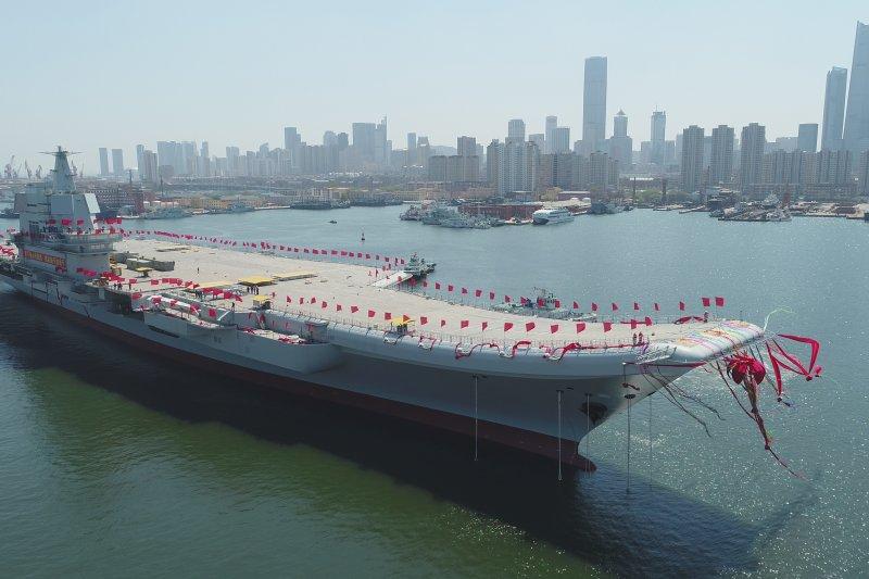 中國海軍首艘自製航空母艦以編隊形式航經台灣海峽。圖為2017年4月26日中國首艘國產航母在大連造船廠下水。(資料照,美聯社)