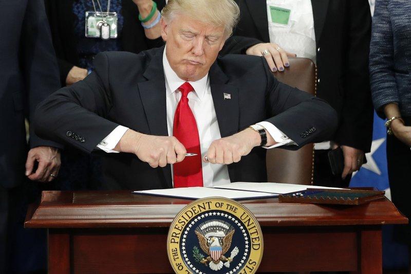 川普簽署行政命令退出TPP。(美聯社)