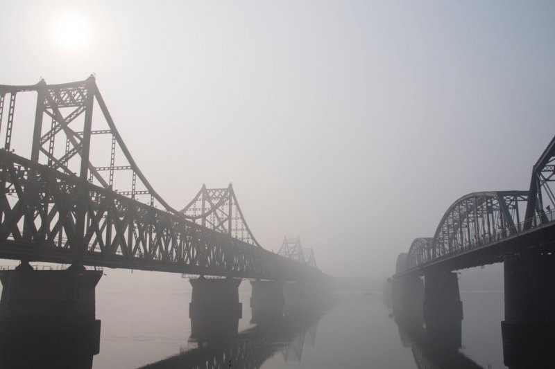 中國邊境城市丹東連接朝鮮新義州的鴨綠江友誼橋。(BBC中文網)