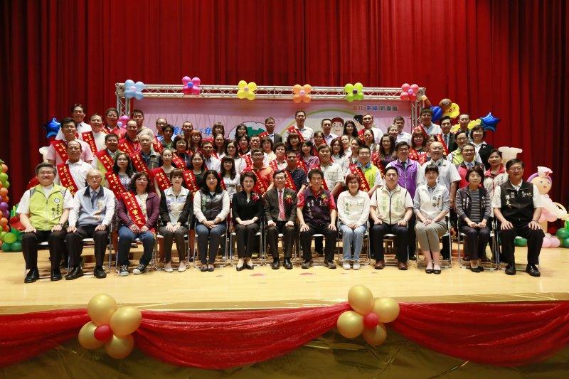 向無名英雄致敬,嘉義市政府表揚56名模範勞工。(圖/嘉義市政府提供)