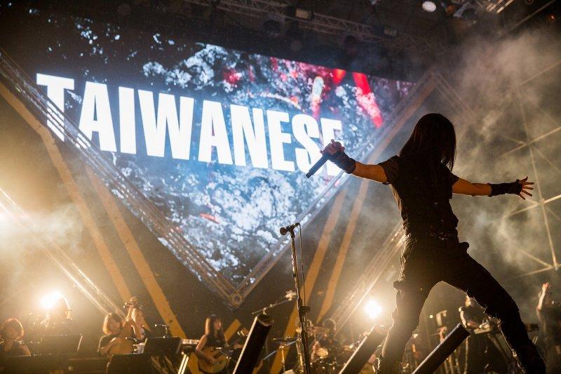 閃靈的歌曲中,台灣史便是帶領觀眾進入前人的靈魂,去感受過去生長在這塊土地上的台灣人面對每個歷史轉折的爭扎、衝突與困惑(圖/CHTHONIC 閃靈@facebook)