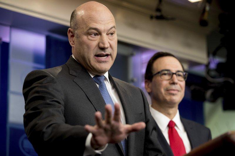 美國財政部長馬努欽(Steven Mnuchin,右)與總統首席經濟顧問科恩(Gary Cohn)26日公布川普政府減稅方案(AP)