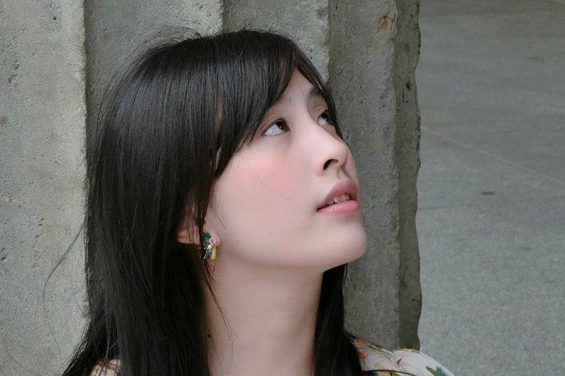26歲的美女作家林奕含驚傳過世,2月她才出版的第一本書「房思琪的初戀樂園」,出版這本書的游擊文化今天也證實她過世的消息,死因家屬還不願說明。(取自林奕含臉書)