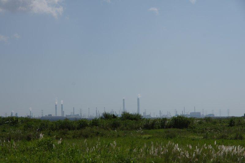 彰化縣大城鄉台西村,沿濁水溪堤防往南看,清晰可見六輕的煙囪群(Remotecomg1@Wikipedia / CC BY-SA 4.0)