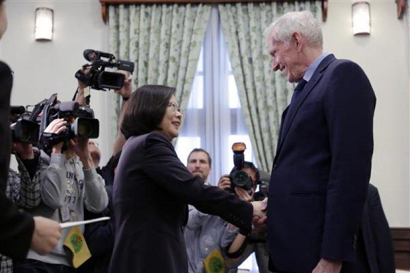 「美國在台協會(AIT)」主席莫健(James Moriarty,右)拜會總統蔡英文,表達美國強力支持台灣以觀察員的身分,參與世界衛生大會 (World Health Assembly,WHA)。(總統府提供)
