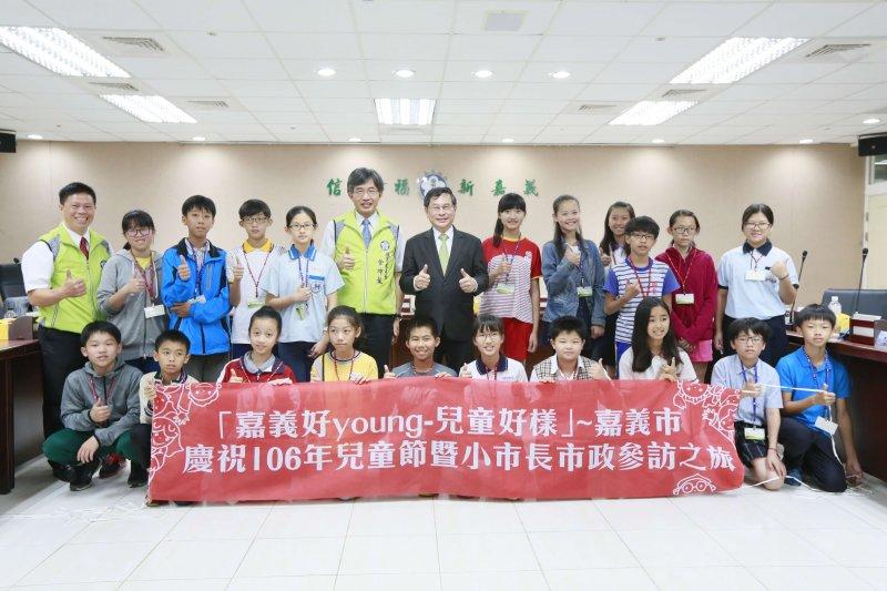 嘉義市各所小學20位小市長參訪市政府,涂市長讚許對公共議題關注。(圖/嘉義市政府提供)
