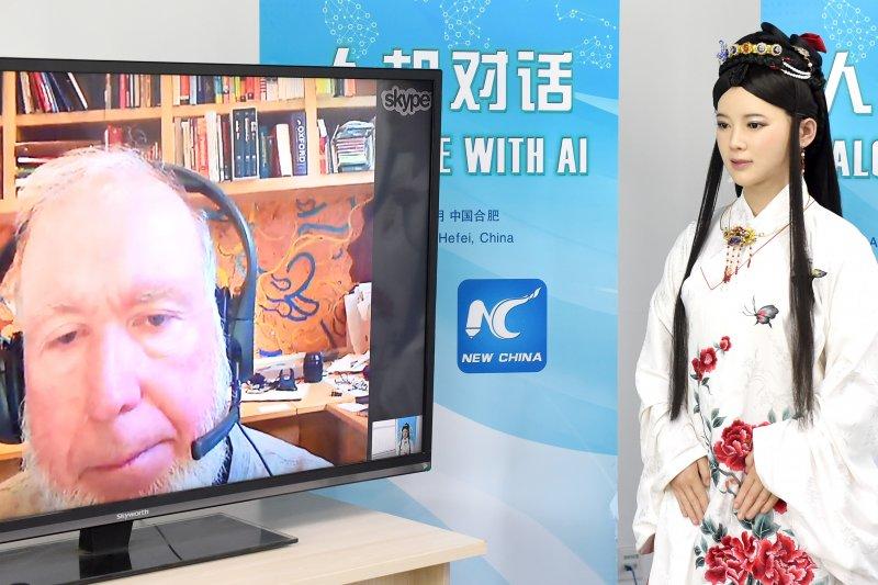 中國智慧型機器人佳佳通過網路與科技觀察家凱文·凱利對話(新華社)