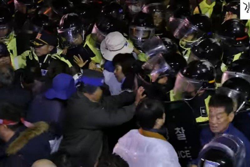 駐韓美軍於26日部署薩德,駐守警方與抗議民眾發生肢體衝突。(翻攝影片)