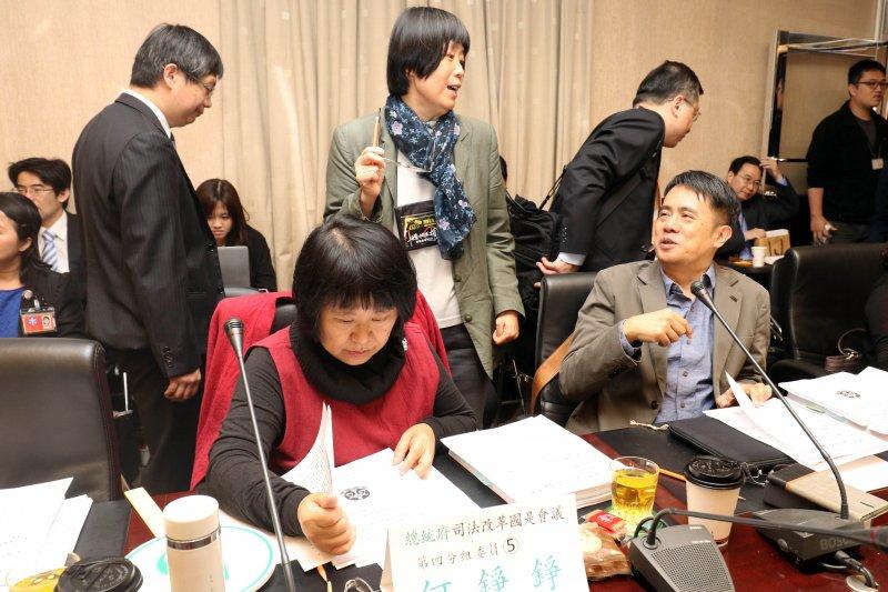 20170428-總統府司法改革國是會議第四分組會議上午召開。圖為分組委員陳瑤華(後中)、顏厥安(前右)兩人交換意見。(蘇仲泓攝)