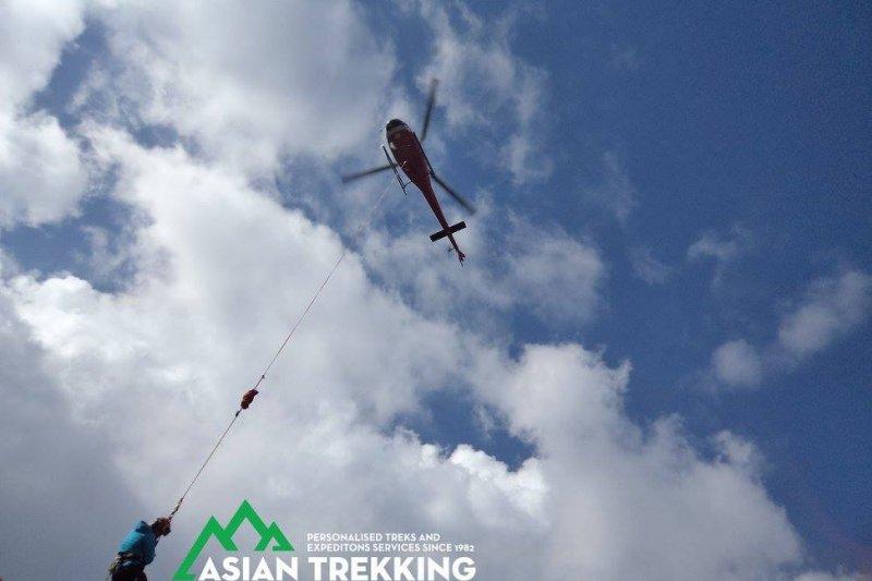 在尼泊爾山區失蹤、獲救的台灣健行客梁聖岳,這是救援直昇機(Asian Trekking 臉書)