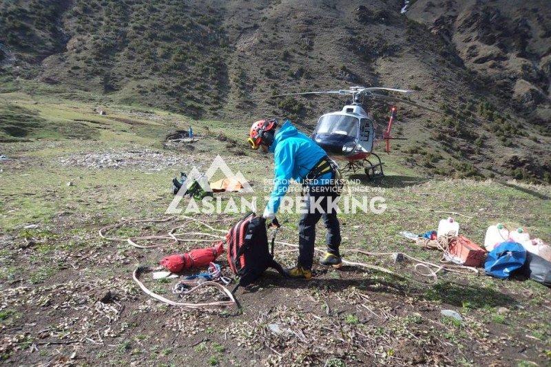在尼泊爾山區失蹤、獲救的台灣健行客梁聖岳,這是直昇機救援的準備工作(Asian Trekking 臉書)