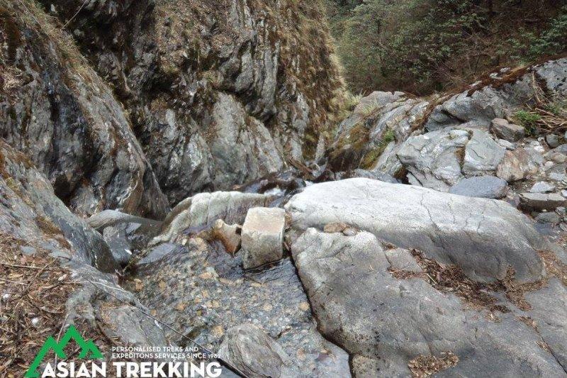 在尼泊爾山區失蹤、獲救的台灣健行客梁聖岳,這是洞穴上方的瀑布(Asian Trekking 臉書)