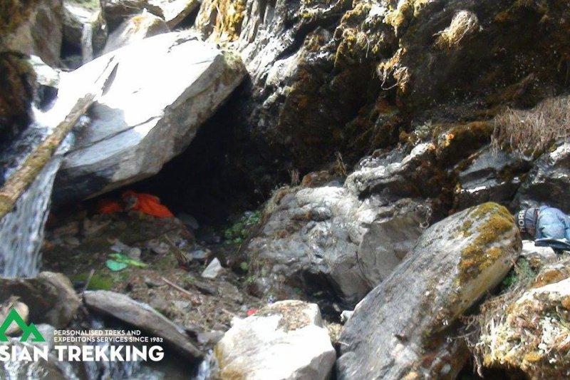 在尼泊爾山區失蹤、獲救的台灣健行客梁聖岳,這是他藏身的洞穴(Asian Trekking 臉書)