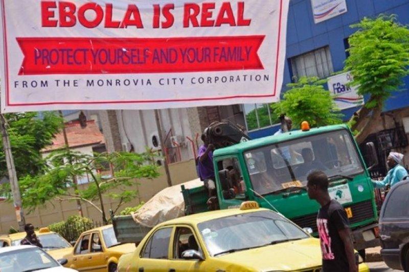 西非在2013年底爆發伊波拉病毒,賴比瑞亞曾是疫情嚴重的國家。2014年,賴比瑞亞首都蒙羅維亞的街頭掛著的布條寫著「伊波拉是真的,保護自己,保護家人」(美聯社)