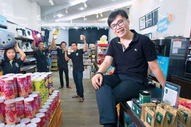 De Mart 計畫進軍第2 大城曼德勒,梁瑋鈞(右1)建立信任文化,讓員工離職率不到1 成,是擴張的關鍵。新開的分店店長(右2 ),就因他的幫助留在仰光。(攝影郭涵羚)