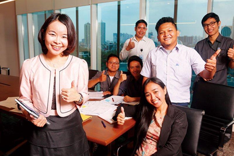 賴珩佳(左)負責的物業管理是夫家集團內最新事業單位,她流利的印尼語成為溝通利器。(攝影者.駱裕隆)