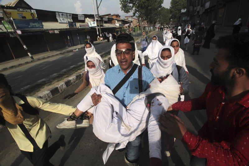 印度查謨─喀什米爾邦(Jammu and Kashmir)境內高達7成為穆斯林,多數人希望能脫離歧視他們的印度政府,改為由同樣信仰伊斯蘭教的巴基斯坦治理。圖為一名女學生為追求自由而上街抗議,卻臉部掛彩受傷。(AP)