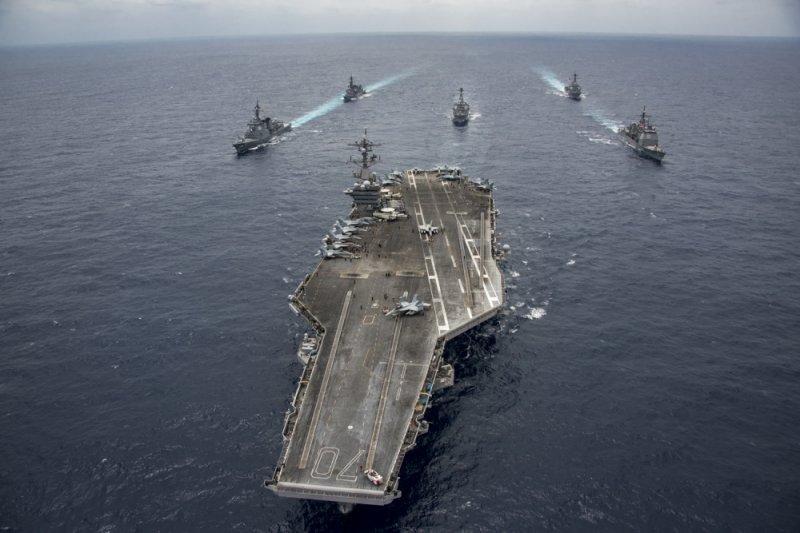 作者認為中共若武力犯台,美國不可能坐視不管。圖為卡爾文森號航空母艦與日本海上自衛隊在沖繩海域舉行聯合軍演。