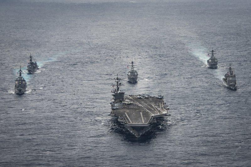 美日艦隊在沖繩一帶聯合演習,為首的是核動力航空母艦卡爾文森號。(美國海軍官網)