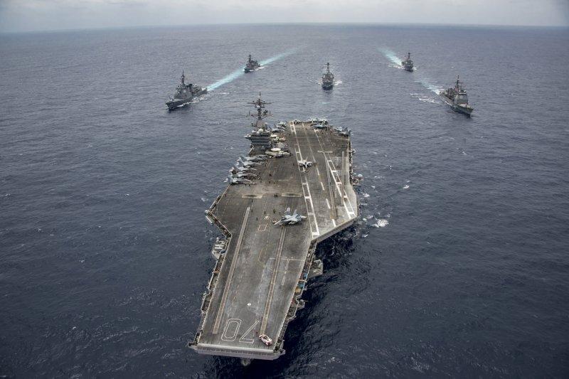 美軍卡爾文森號航空母艦、美軍第一航母打擊群與日本海上自衛隊護衛艦,4月28日攝於菲律賓海(AP)