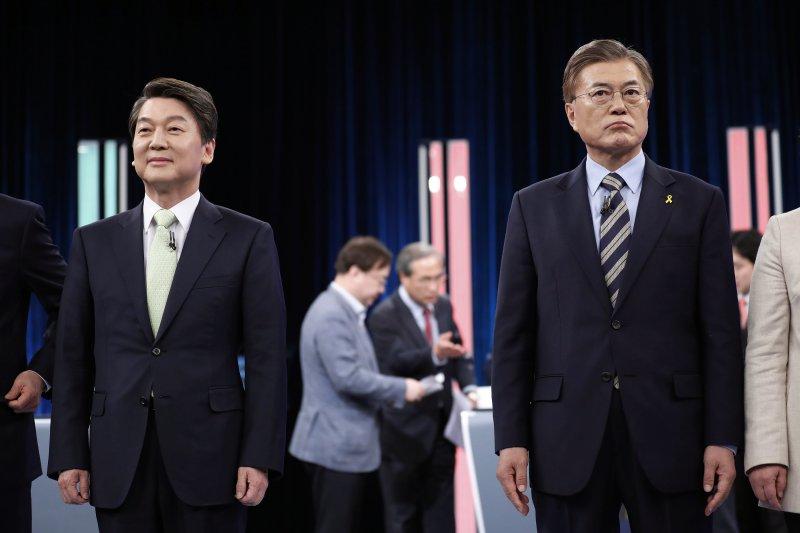 南韓總統大選,共同民主黨候選人文在寅(右)與國民之黨候選人安哲秀(AP)