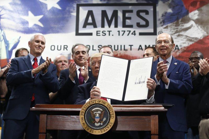川普執政百日當天再簽2項行政命令(AP)