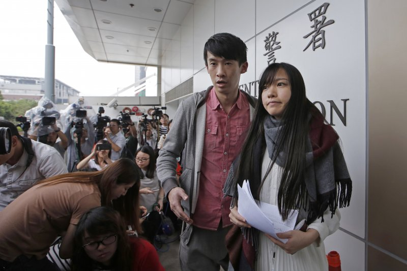 本土派游蕙禎(左)和梁頌恆(右)一度躋身議會,但隨即因「宣誓風波」被褫奪議席。(AP)