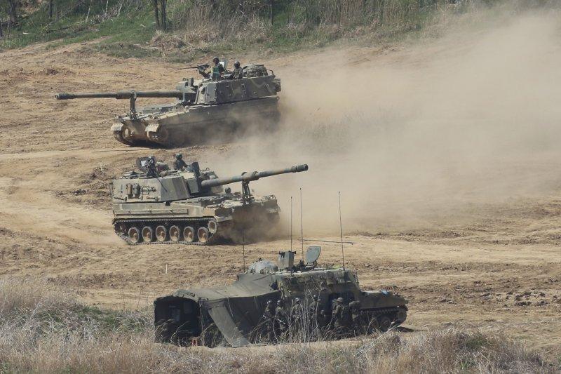 南韓陸軍宣布,2030年將全面提升為智能機械化部隊。圖為過去南韓陸軍在鄰近北韓邊界地帶進行自走砲操演(AP)