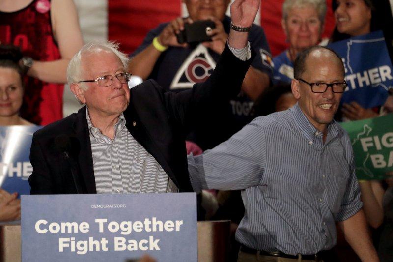 川普執政百日:民主黨尚無找到團結方向,圖為無黨籍聯邦參議員桑德斯(左)與民主黨全國大會主席培瑞茲(右)(AP)