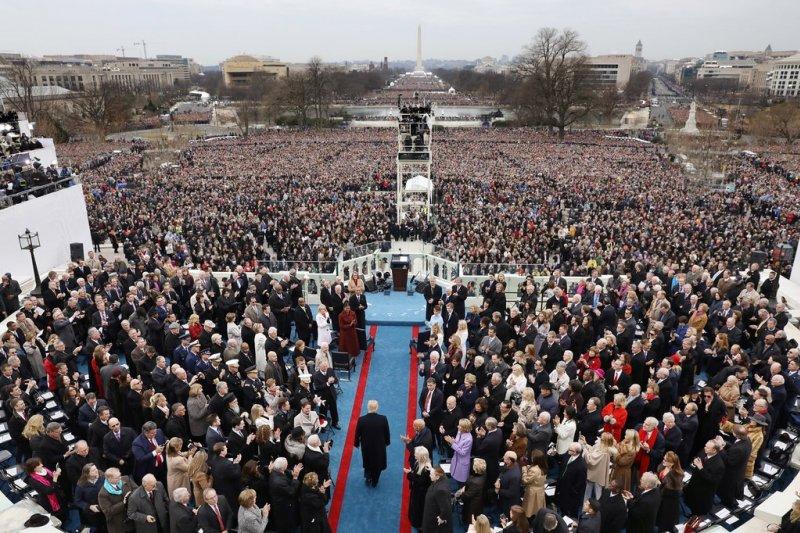 川普走向講台,準備宣誓就職發表演說。(圖/取自美聯社)