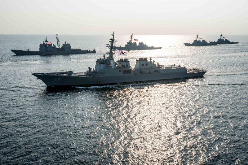 南韓神盾艦世宗大王號(DDG-991)2016年與美軍第五航母打擊群在朝鮮半島海域共同演習。(美國海軍)