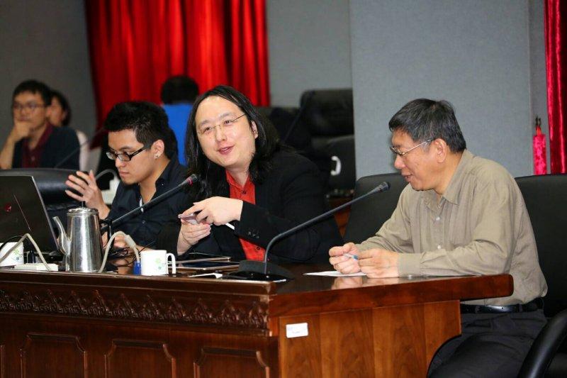 行政院數位政委唐鳳1日與台北市長柯文哲對談開放政府與簡化行政流程。(台北市政府提供)