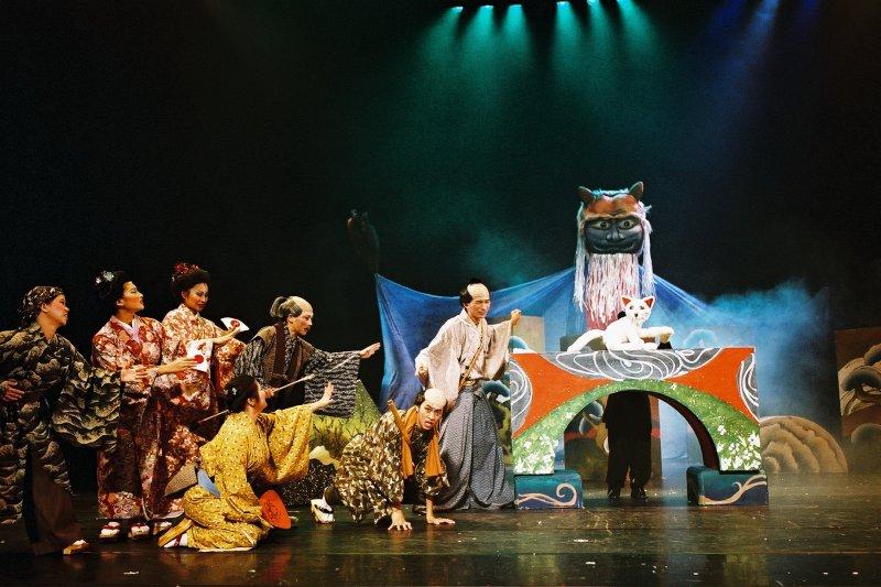 紙風車劇團最後一場演出即將在5月2日於澎湖縣七美鄉展開,圖為紙風車的魔法書-招財貓的故事。(紙風車劇團提供)
