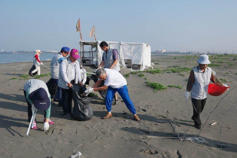 台灣清淨海洋行動聯盟從2010年創立來,致力於監測、累積研究數據、辦理淨灘活動、環境教育講座等。(資料照,圖/高雄市環保局提供)