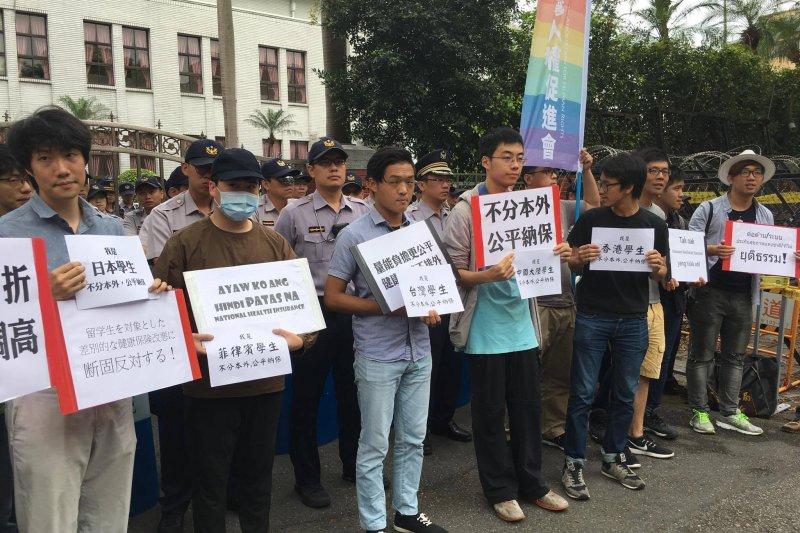 健保修正草案2日將於立法院表決,對此境外生權益小組成員與台灣人權促進會等社運團體,在立法院外進行抗議,要求民進黨撤回此修正案。(境外生權益小組提供)
