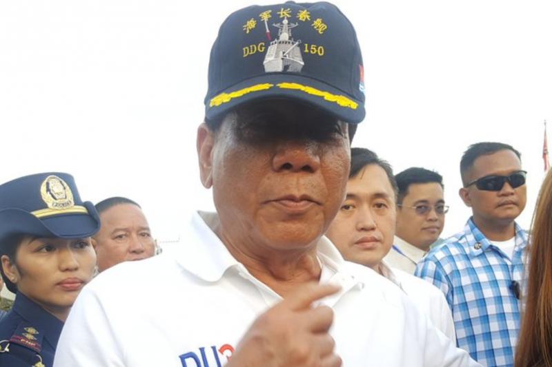 菲律賓總統杜特蒂5月1日登上到訪的中國軍艦,還戴上中方提供的帽子。