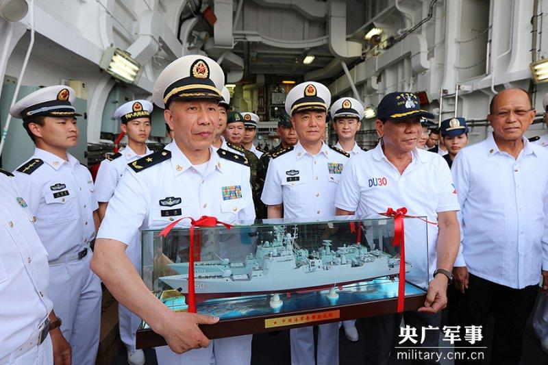 中國海軍指揮員沈浩向杜特蒂贈送長春艦模型。