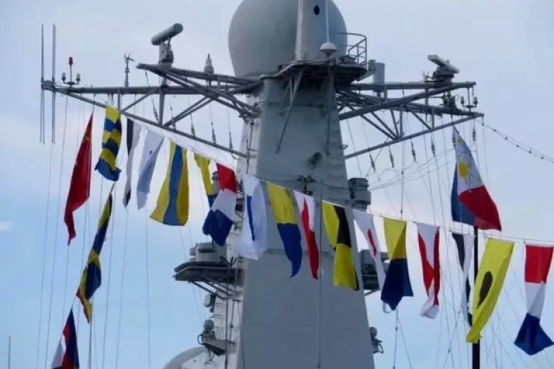 中國海軍長春艦訪問菲律賓時掛上了中菲兩國的國旗。