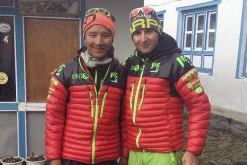 斯特克(右)的最後身影:在尼泊爾盧卡拉鎮與夏爾巴人Tenjiing(左)合照。(BBC中文網)