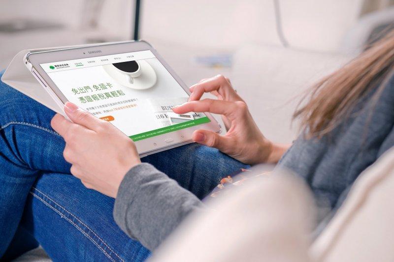 2020年起使用有效電子憑證報稅,可使用手機驗證獲得查詢碼,提高民眾報稅方便性。(圖/國泰證券提供)