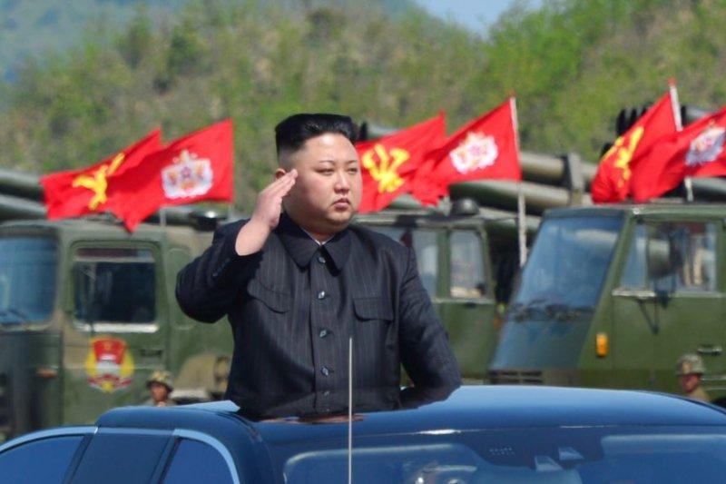 朝中社發布的照片顯示, 在北韓建軍節,領導人金正恩觀看軍事演習。