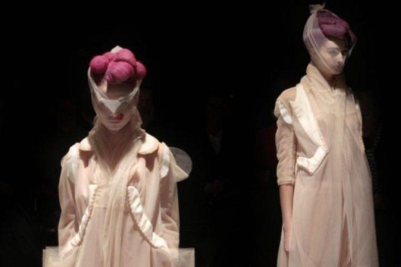 川久保玲作品圖片版權AFP Image caption 挑戰傳統,包括對美、品味和時尚的傳統定義。(BBC中文網)