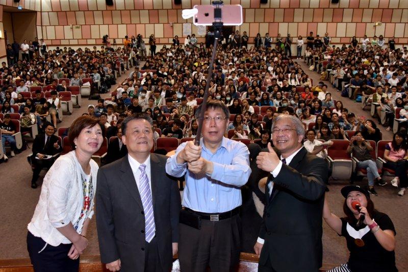台北市長柯文哲(右二)於3日中午前往世新大學演講,並表示,最困難的不是面對挫折打擊,而是面對各種挫折打擊時,沒有失去對人世的熱情。(台北市政府提供)