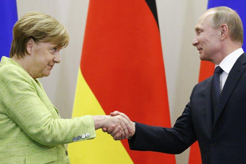睽違兩年,德國總理梅克爾(左)2日首度訪問俄羅斯總統普京(右),討論烏克蘭東部衝突與敘利亞內戰問題(美聯社)