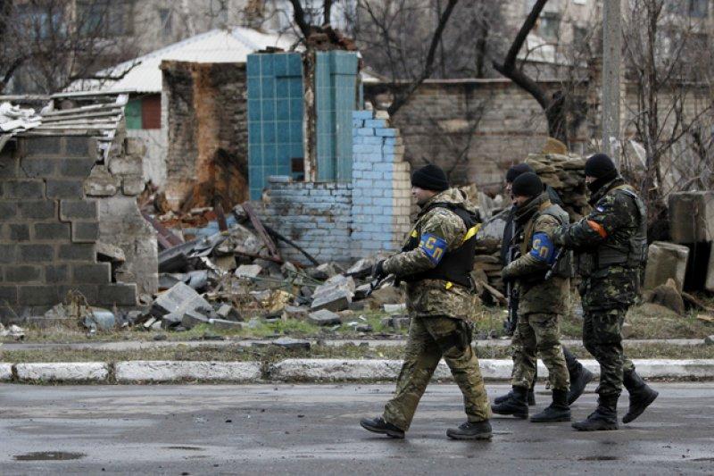 烏克蘭政府軍與親俄的反抗軍在烏克蘭東部持續交火,衝突不斷,圖為正在烏克蘭東部大城頓內次克巡邏的烏國政府軍(AP)