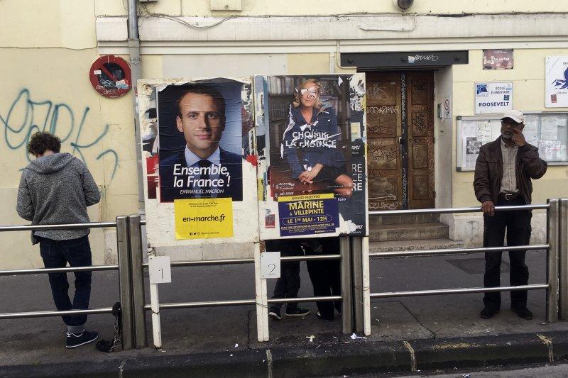 法國南部城市馬賽的某間學校外頭,總統候選人勒潘的海報(右)遭破壞(美聯社)